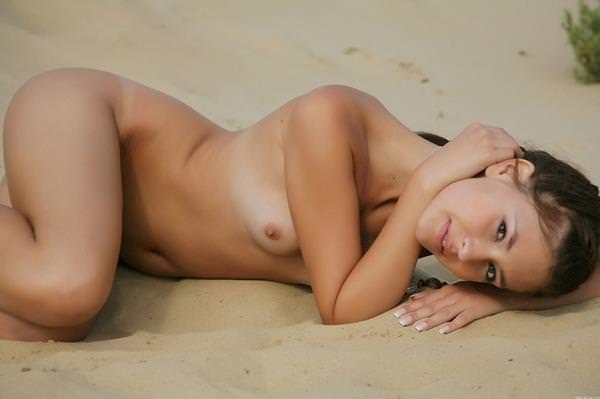 童顔外国人美少女のセクシーポーズ 22