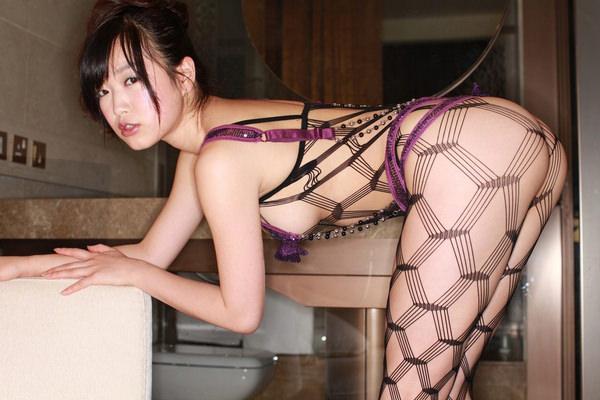 網タイツ着の美脚 25