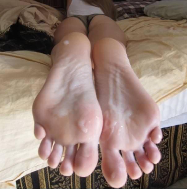 足の裏・足の甲に射精 1