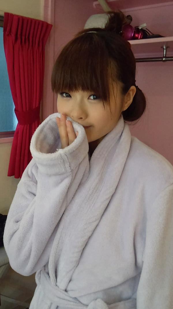 撮影休憩中のバスローブ姿のAV女優 3