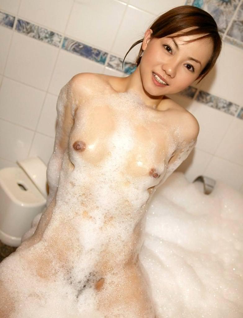 シャワー中の泡だらけのオッパイ 14
