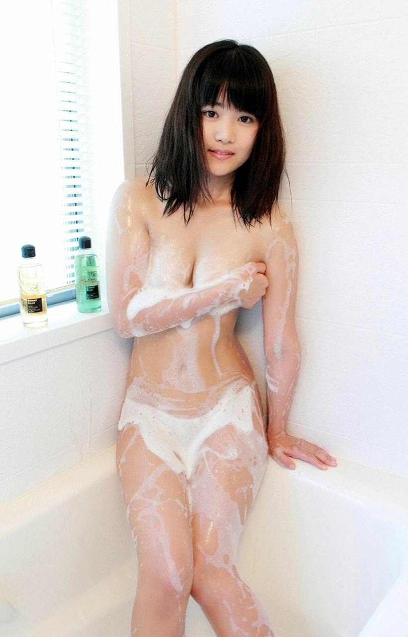 シャワー中の泡だらけのオッパイ 24