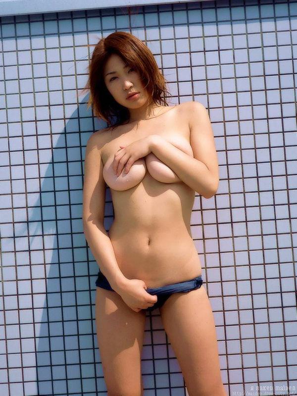 乳房がエロい爆乳の手ブラ 8