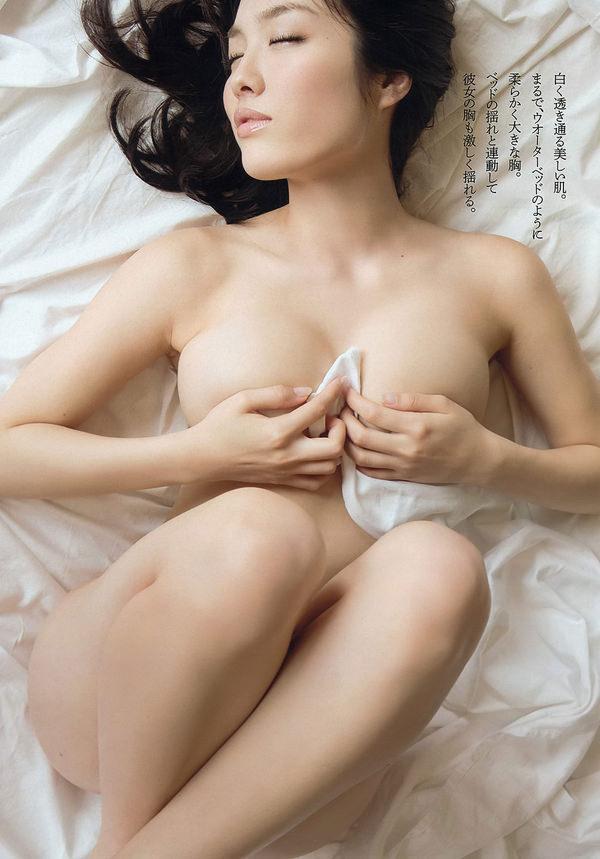 乳房がエロい爆乳の手ブラ 14