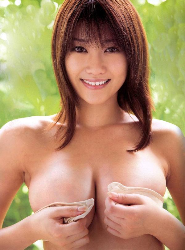 乳房がエロい爆乳の手ブラ 38