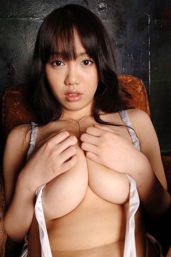 乳房がエロい爆乳の手ブラ 41