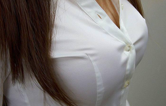 爆乳で破れそうな白シャツ 1