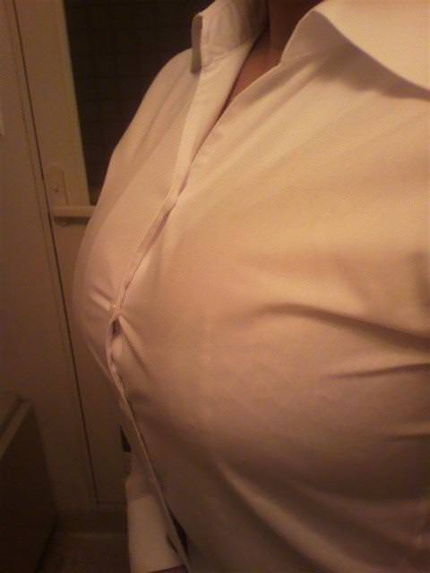 爆乳で破れそうな白シャツ 19