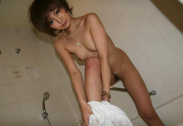 お風呂上がりで全裸にバスタオル姿 30