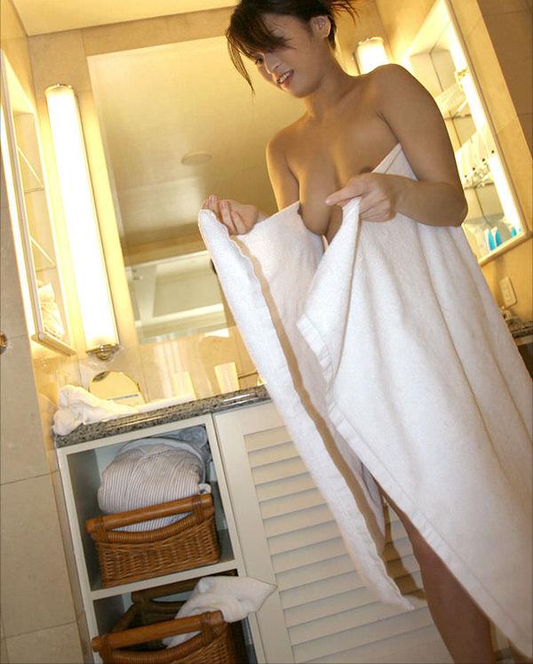 お風呂上がりで全裸にバスタオル姿 33