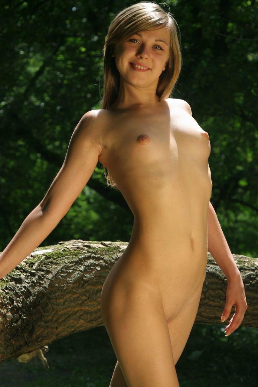 微乳で美乳なスレンダー外国人美女 21