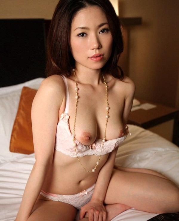 セレブな美人妻の溢れるエロス 21
