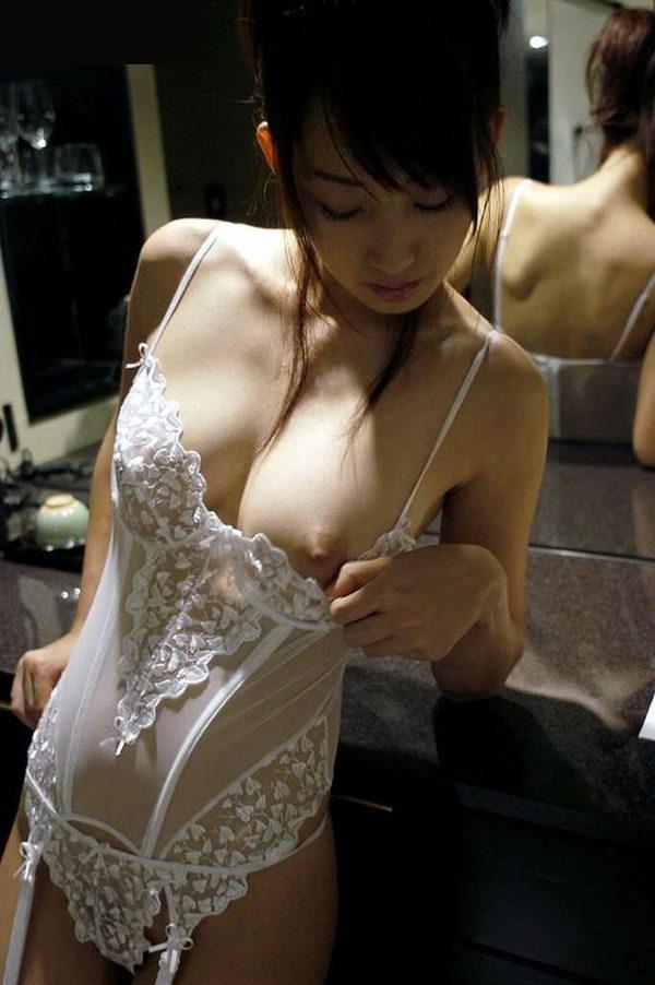 セレブな美人妻の溢れるエロス 22