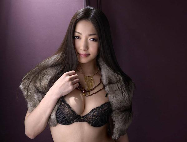 セレブな美人妻の溢れるエロス 25