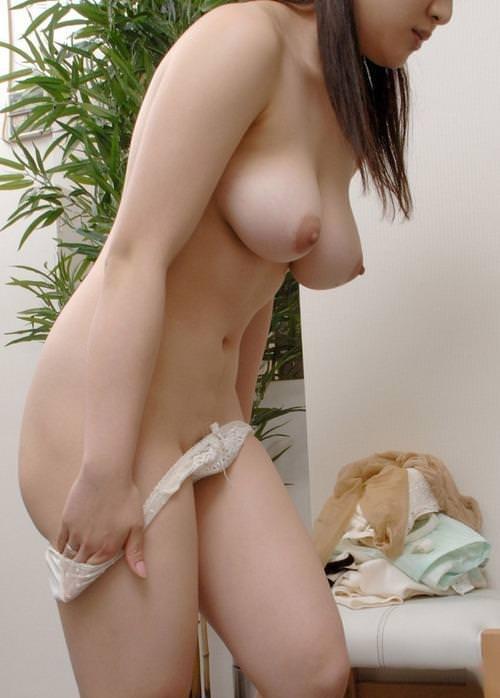 脱衣中の女の子 2