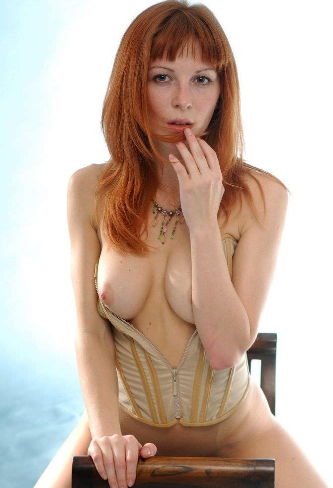 外国人のピンク色乳首の美乳 26