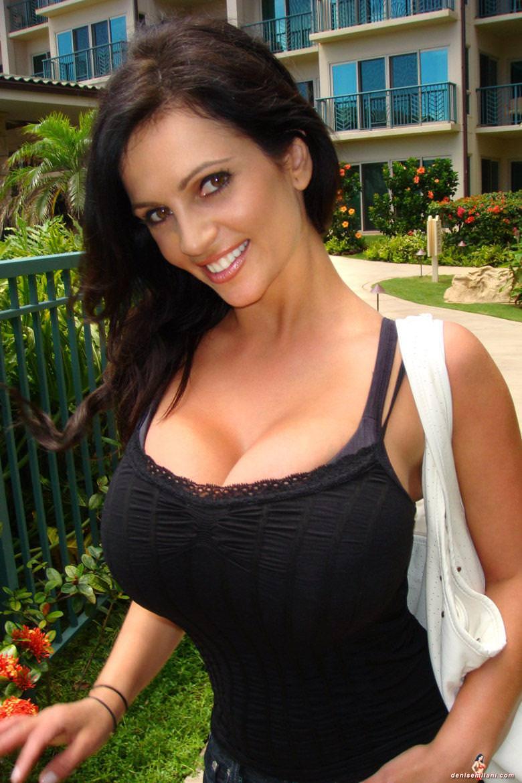 着衣巨乳の外国人美女 6