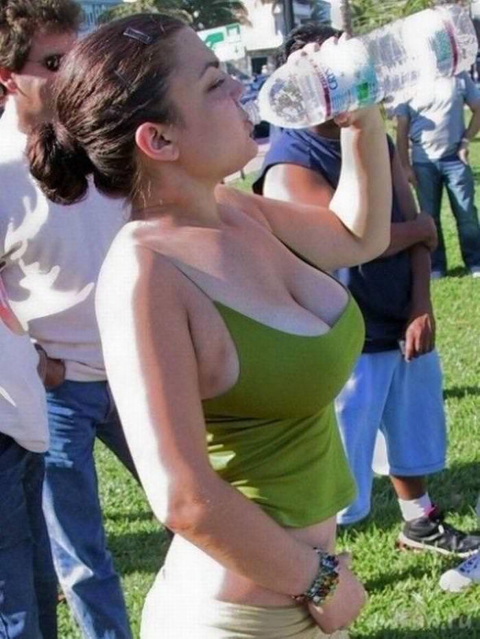 着衣巨乳の外国人美女 14