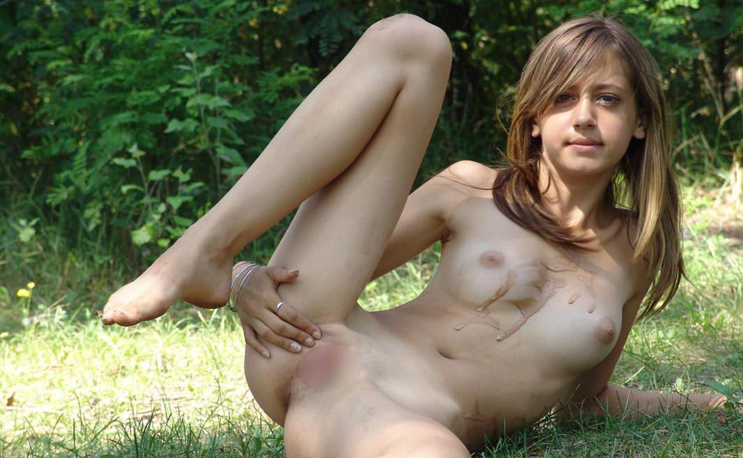 パイパンまんこを見せてる外国人美女 16