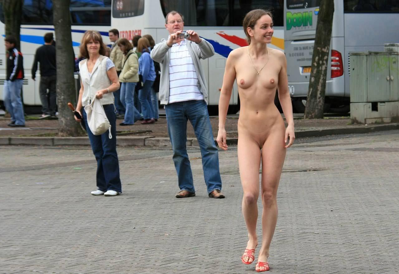 野外露出する外国人美女 11