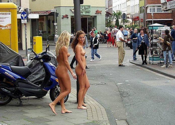 野外露出する外国人美女 16