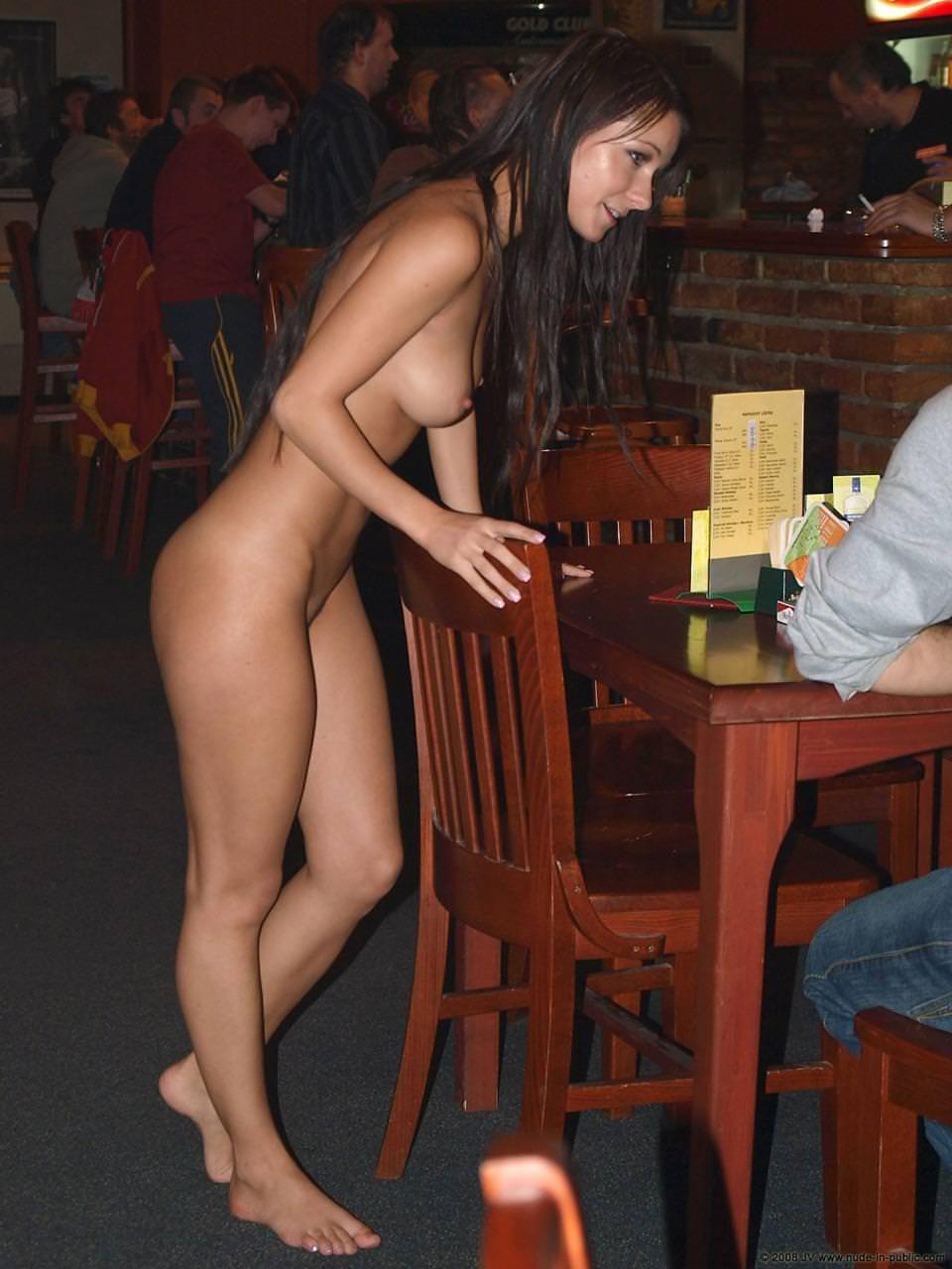 野外露出する外国人美女 25