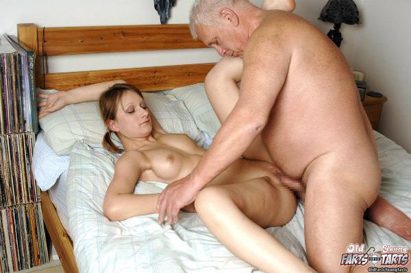 外国人美少女と老人のセックス 18