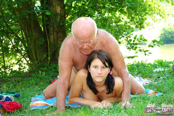 外国人美少女と老人のセックス 23