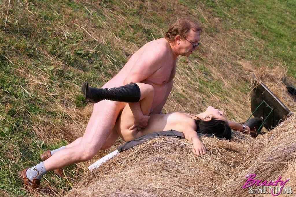 大自然で野外セックスする外国人 3