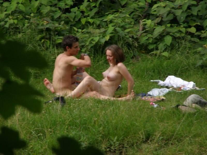 大自然で野外セックスする外国人 5