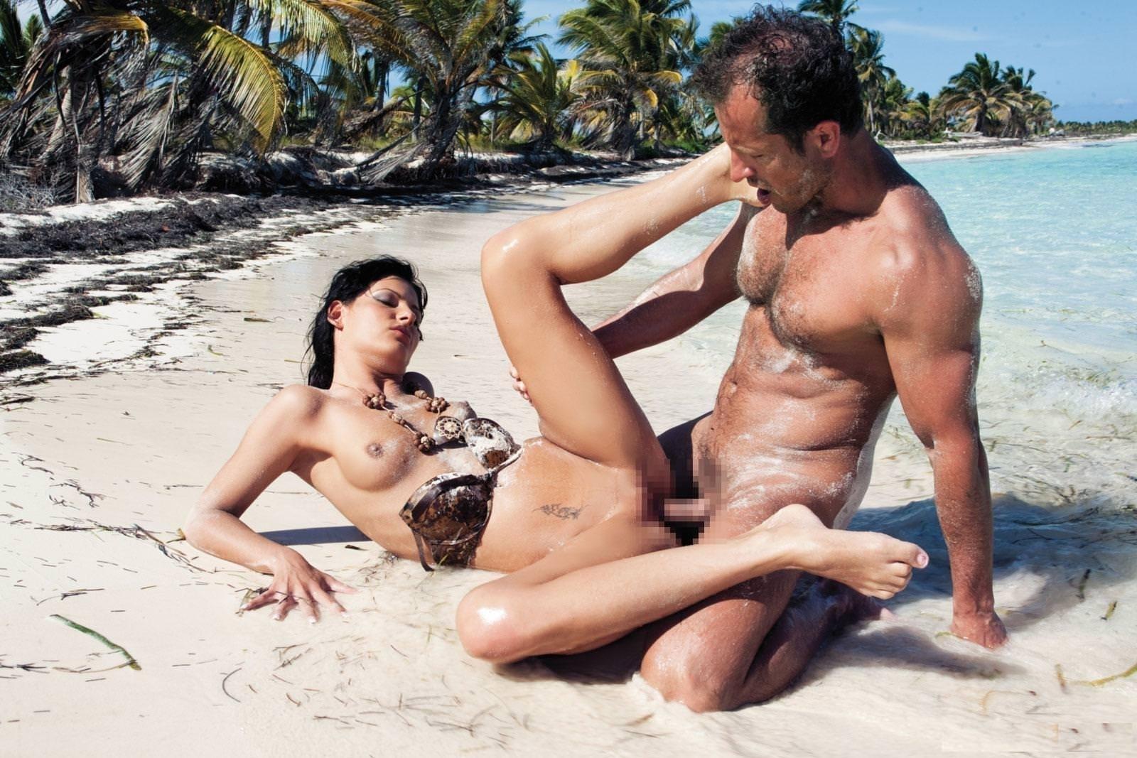 大自然で野外セックスする外国人 12