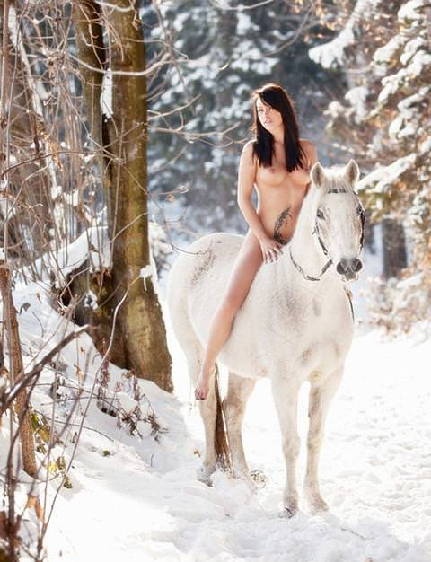 雪上の外国人ヌード 10