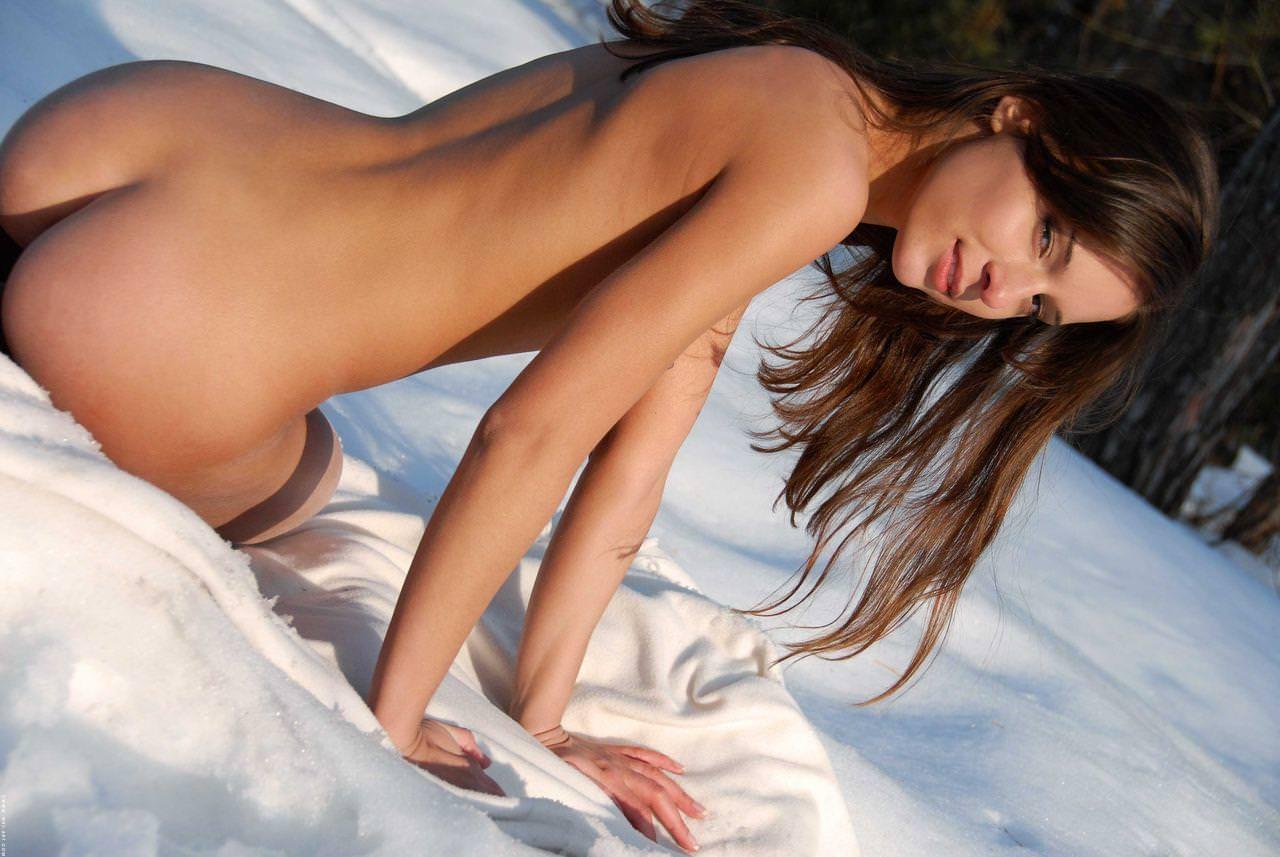 雪上の外国人ヌード 21