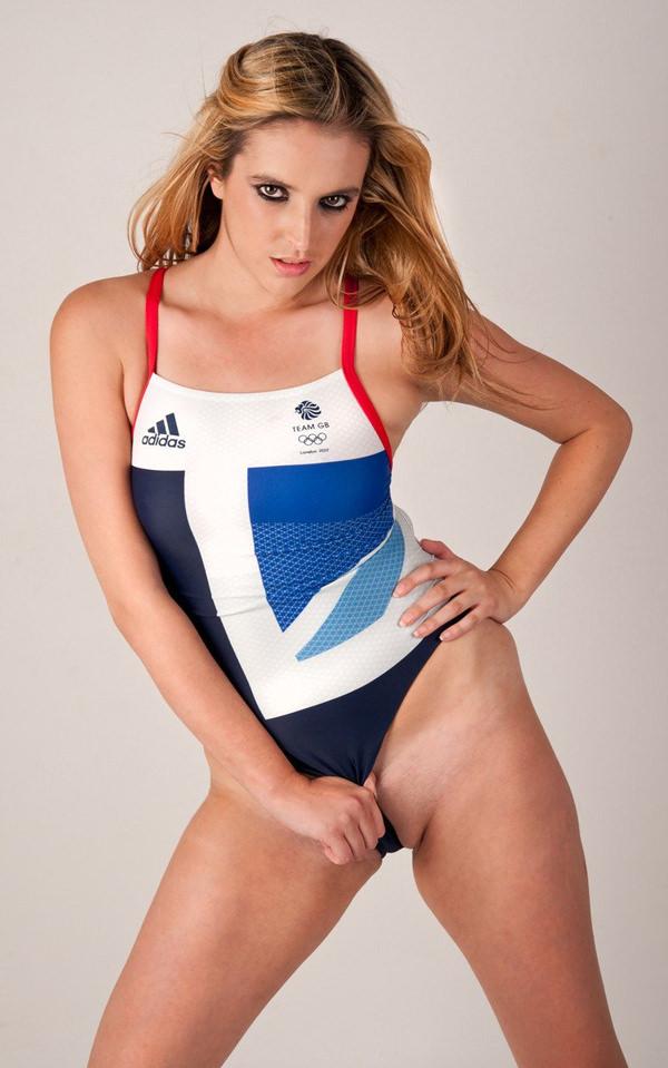競泳水着姿の外国人美女