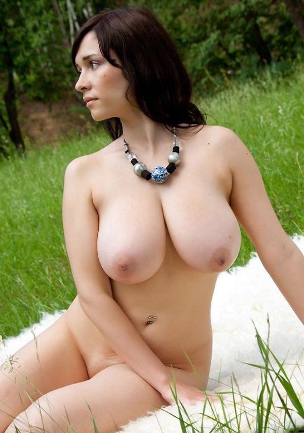 外国人美少女の芝生の上で撮ったヌード 1