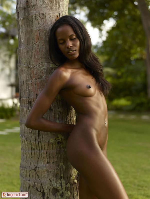 外国人美少女の芝生の上で撮ったヌード 16