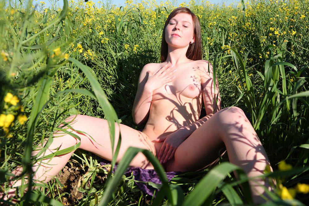 外国人美女の大自然で撮られたヌード 5