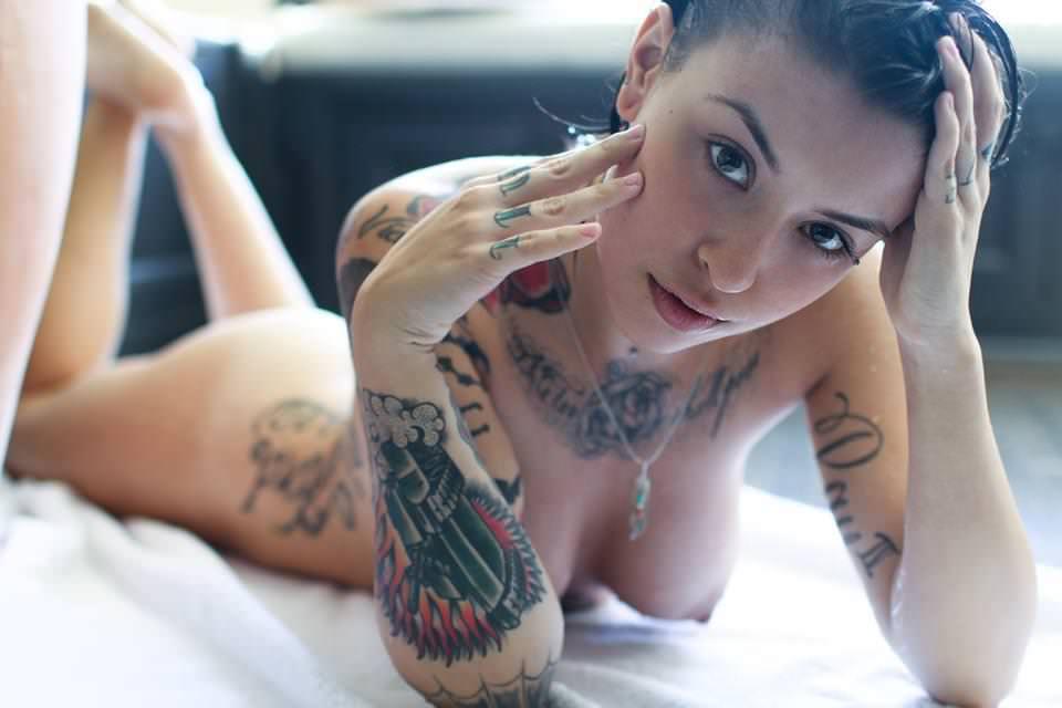 全身タトゥーの外国人美女 15