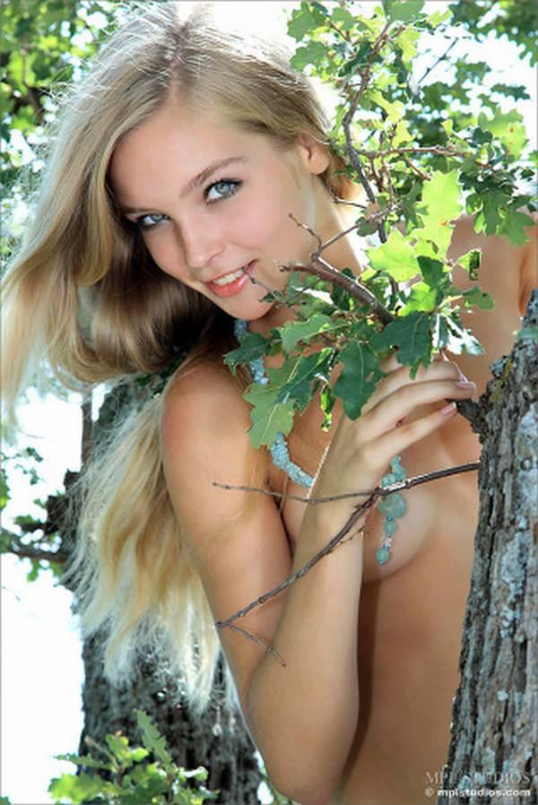 発育途中の外国人美少女ヌード 13