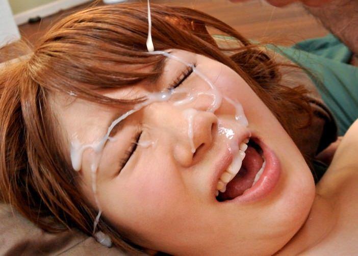 口を開けて顔射を受ける女の子 3