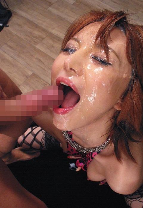 口を開けて顔射を受ける女の子 10