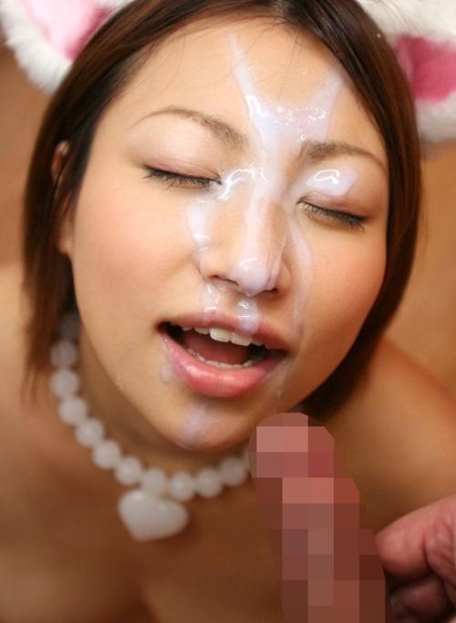 口を開けて顔射を受ける女の子 15