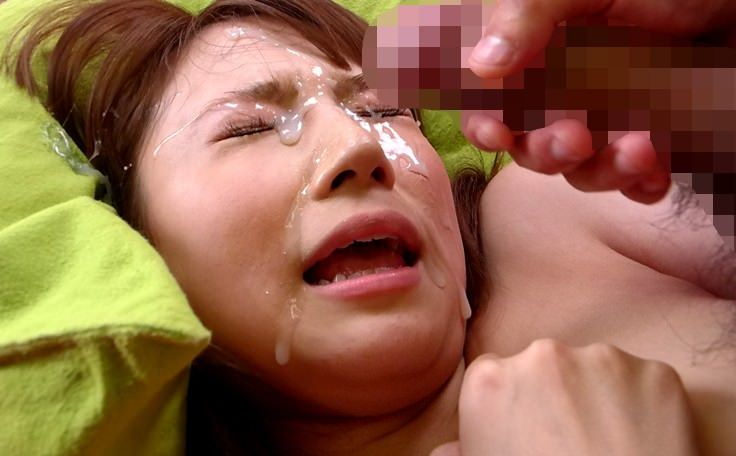 口を開けて顔射を受ける女の子 18