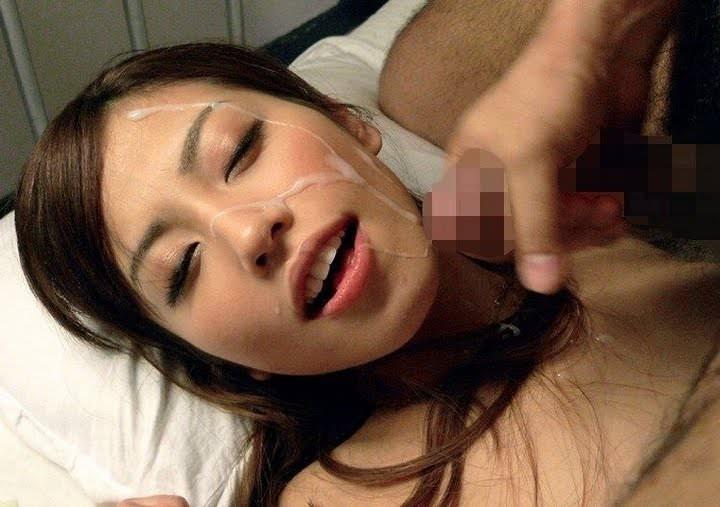 口を開けて顔射を受ける女の子 19