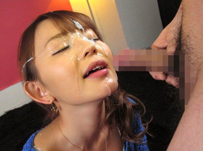 口を開けて顔射を受ける女の子 20