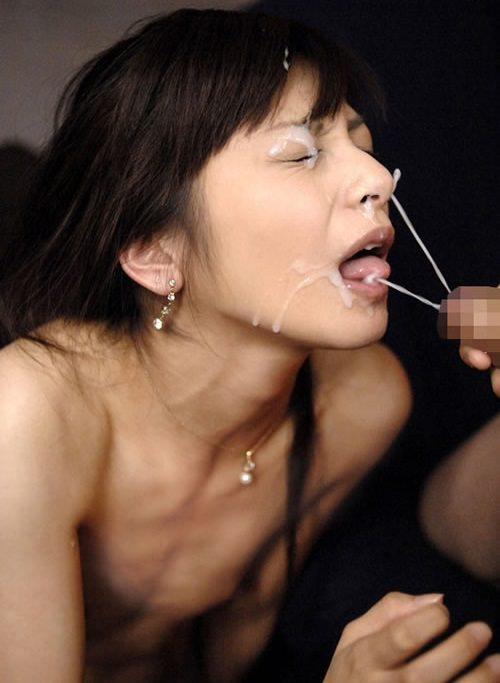 口を開けて顔射を受ける女の子 24