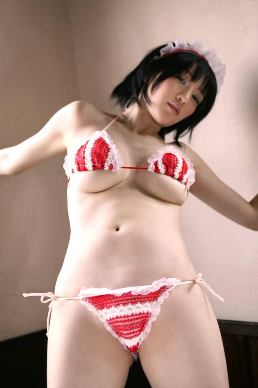 極小ビキニでハミ乳してる女の子 39