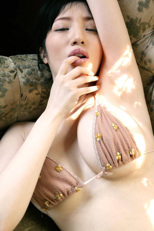 極小ビキニでハミ乳してる女の子 42