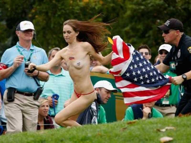 外国人女性が裸で抗議 2