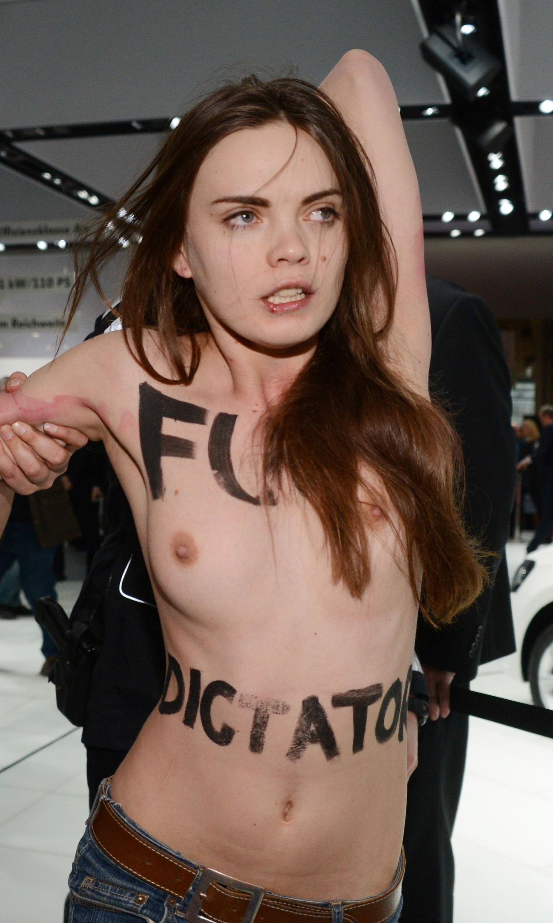 外国人女性が裸で抗議 4
